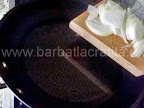 Taitei cu varza murata-dulce preparare reteta - punem la calit in tigaie ceapa taiata fideluta