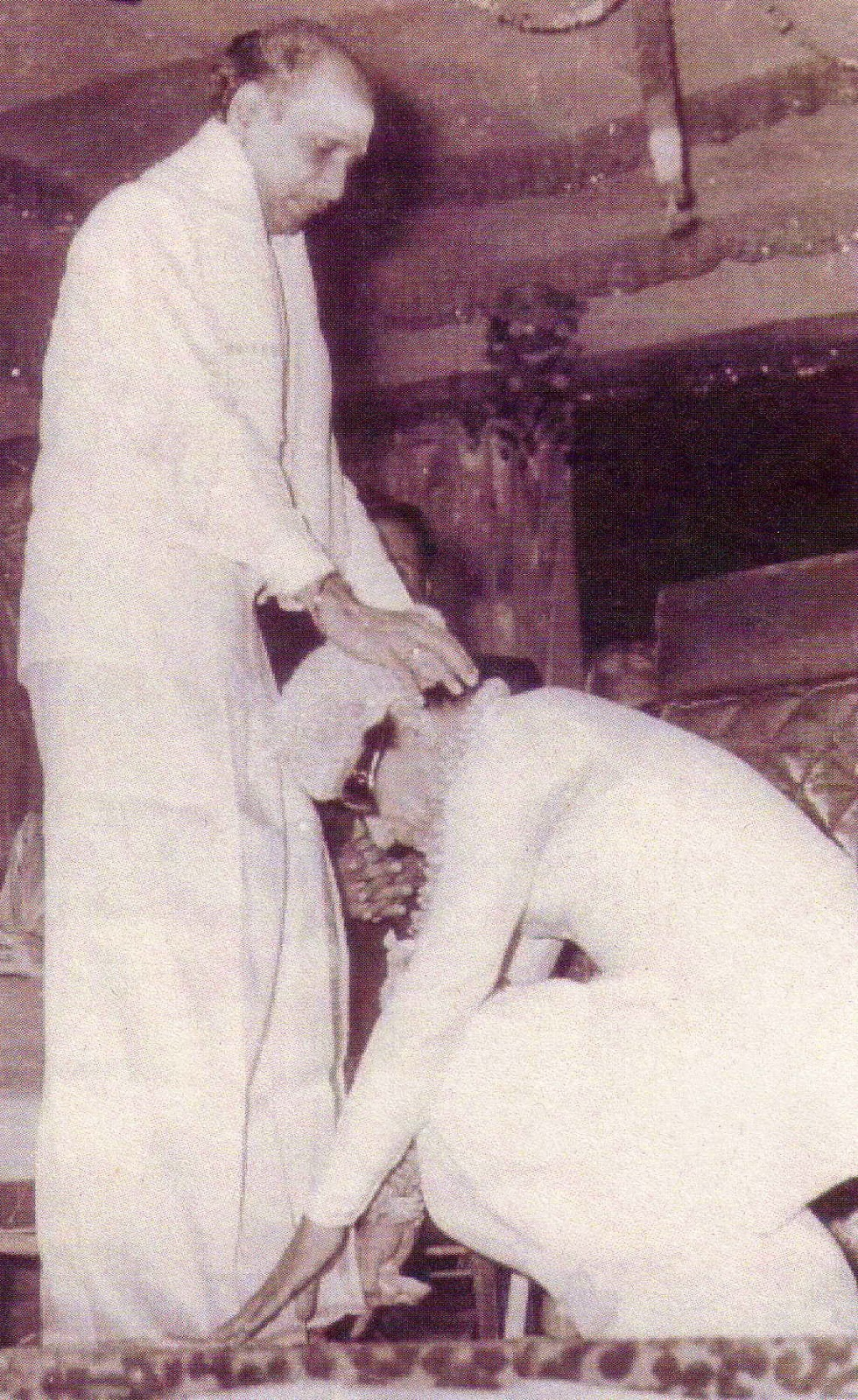 'Idaya Deivam' MGR Getting Blessings from Actor M.K. Radha