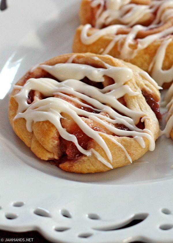Easy Rhubarb Sweet Rolls | www.jamhands.net