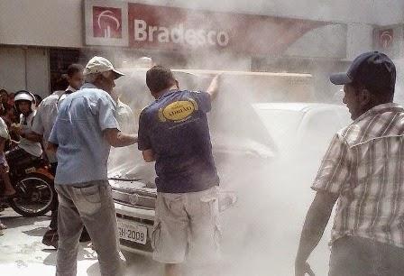 Veículo pega fogo no centro comercial em Limoeiro