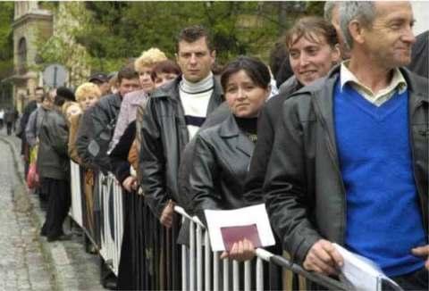 Россияне в очереди за украинским паспортом