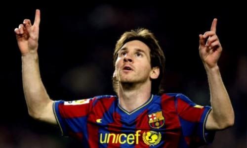 Messi mani al cielo esultando per un gran gol