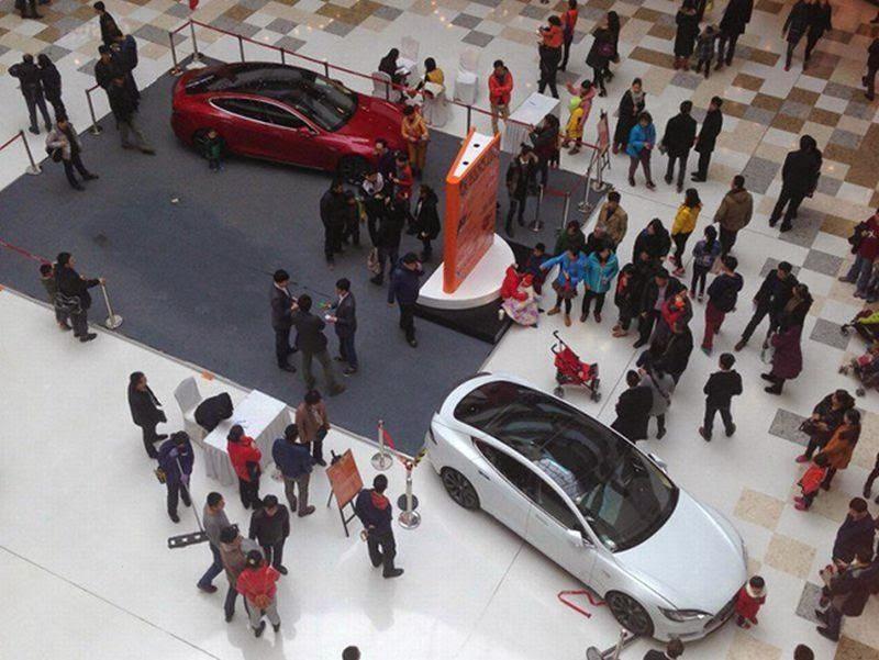 Bocah Setir Mobil yang Dipamerkan di Mal, Tabrak Pengunjung