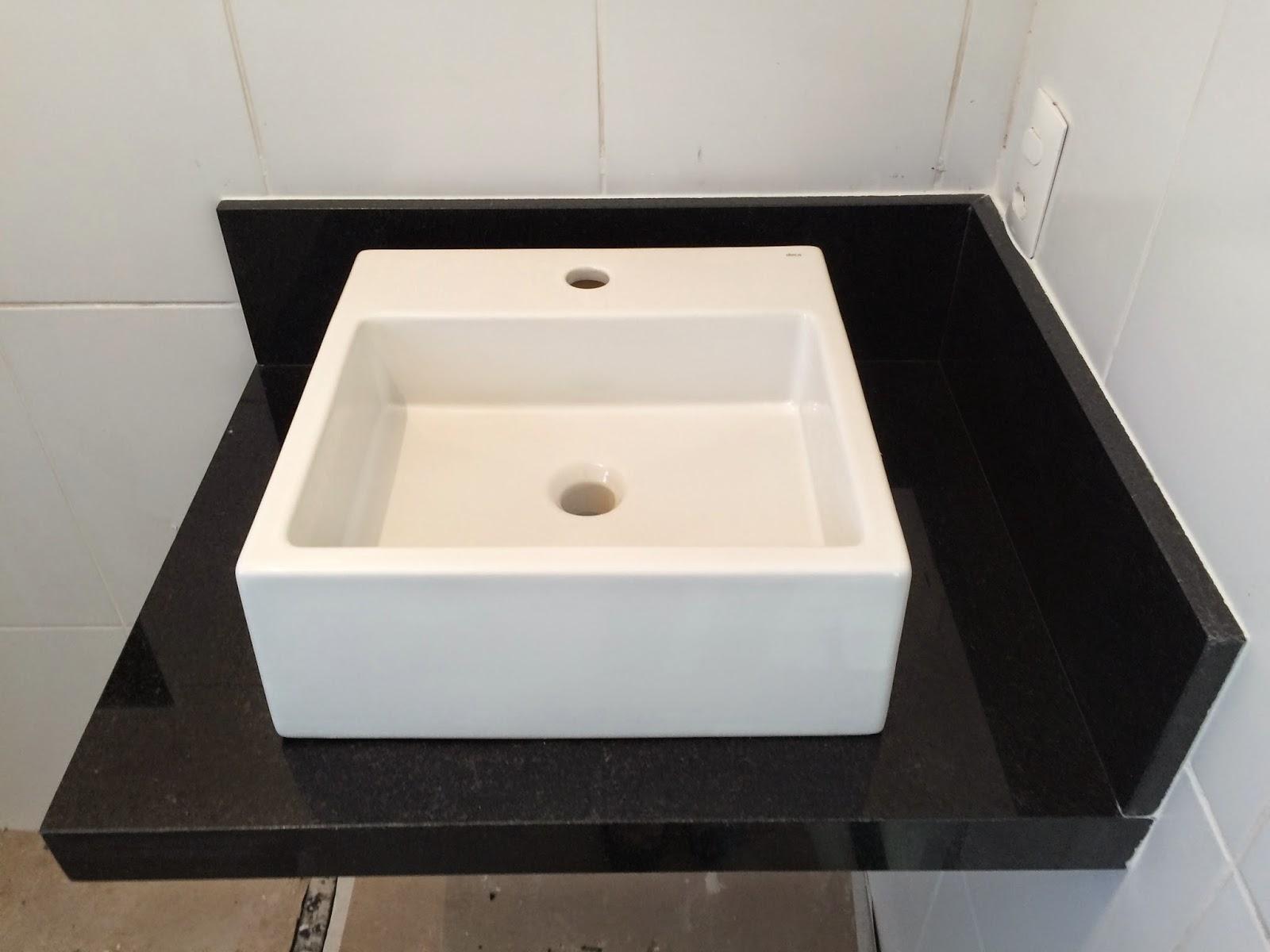"""Neste banheiro queríamos algo mais """"moderninho"""" por isso  #76634F 1600x1200 Bancada De Banheiro Em Granito"""