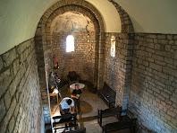 Interior de Sant Vicenç de Vilarassau amb les pintures romàniques de l'absis
