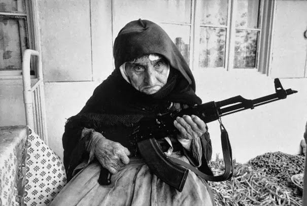 106-летняя армянская женщина охраняющая свой дом, 1990 г.