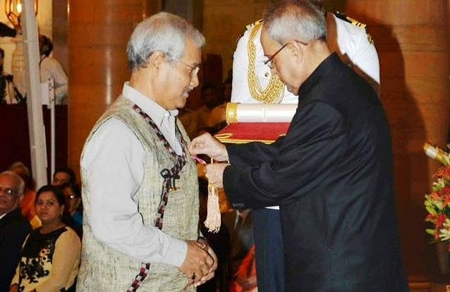 Jahnu Barua receiving Padma Bhushan award from President Pranab Mukherjee