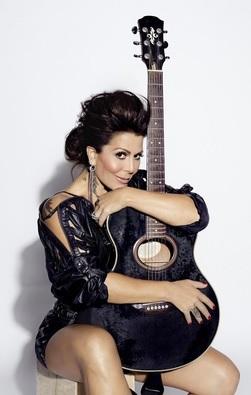 Alejandra Guzmán posando con su guitarra