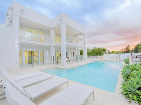 Дизайн дома в полностью белом цвете