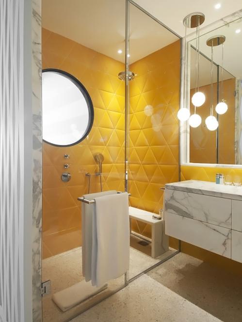 decoracao teto banheiro:Em um banheiro todo branco, os nichos de madeira ficaram um charme