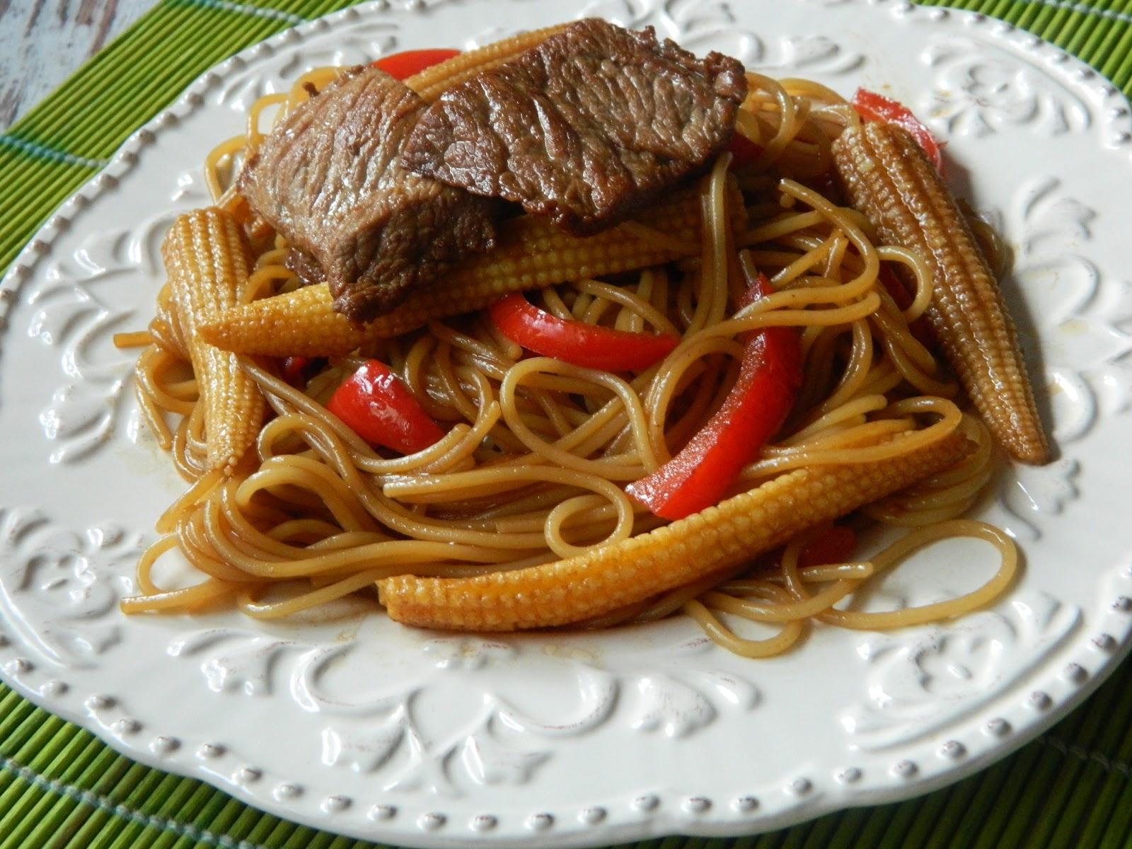 Spaghetti cu vita si ministiuleti de porumb.