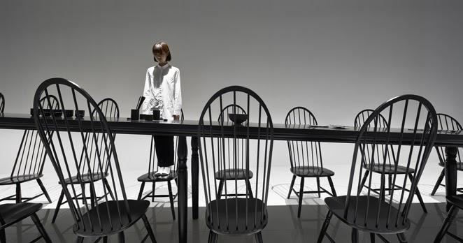 Illusione ottica per il tavolo da pranzo di Nendo esposto al padiglione giapponese dell'EXPO ...