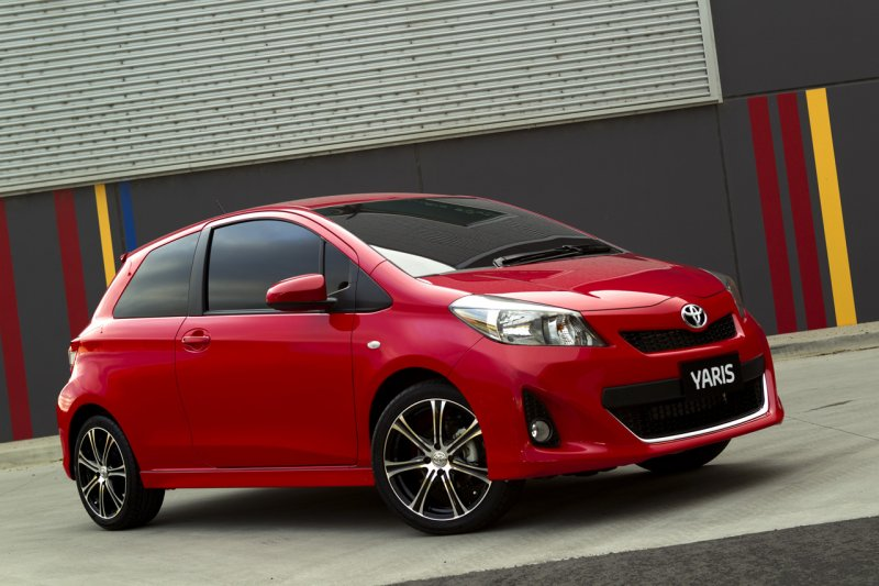 2013 toyota yaris hatchback three door photos garage car. Black Bedroom Furniture Sets. Home Design Ideas