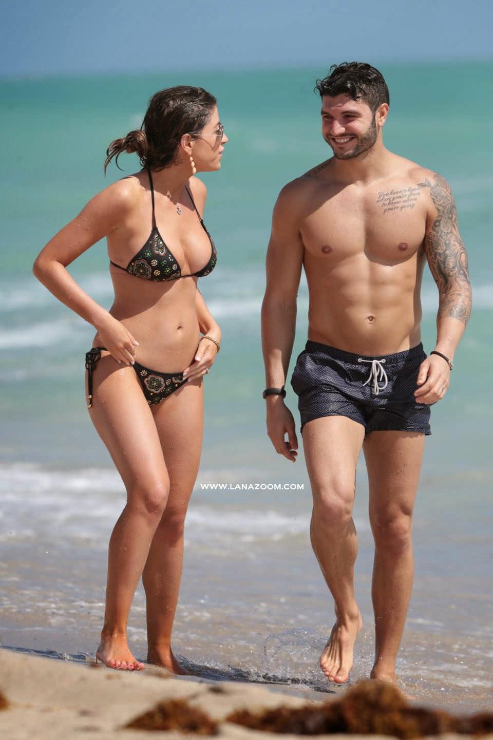 صور عارضة الأزياء كلوي ميلاس بالبكيني مع صديقها على الشاطئ