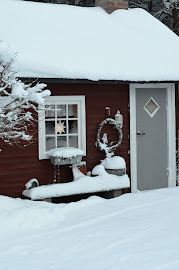 Lilla Stugan in bäddad i snön