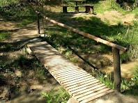 Una de les varies pasarel·les de fusta que creuen el Torrent del Puig