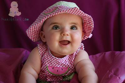 Pembe şapkalı gülen kız bebek
