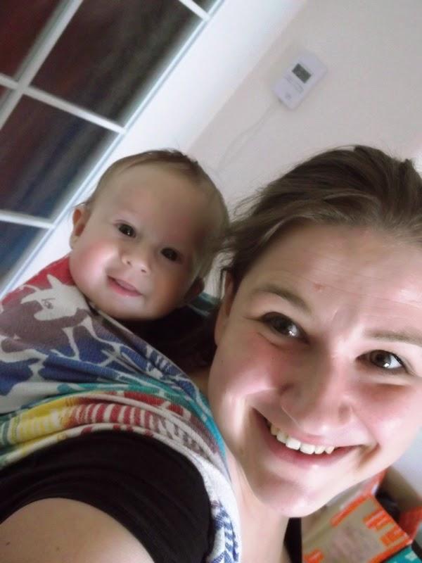 uśmiechnięte dziecko w chuście