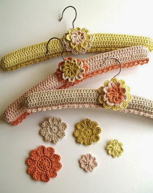 Ideas para tu hogar: perchas forradas al crochet