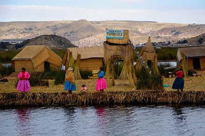 Mujeres habitantes en el Lago Titicaca y chozas de totora