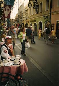 奥地利莫扎特故乡萨尔斯堡的小街,咖啡馆前。