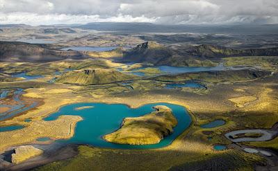 Lagos de agua azul naturales en las praderas