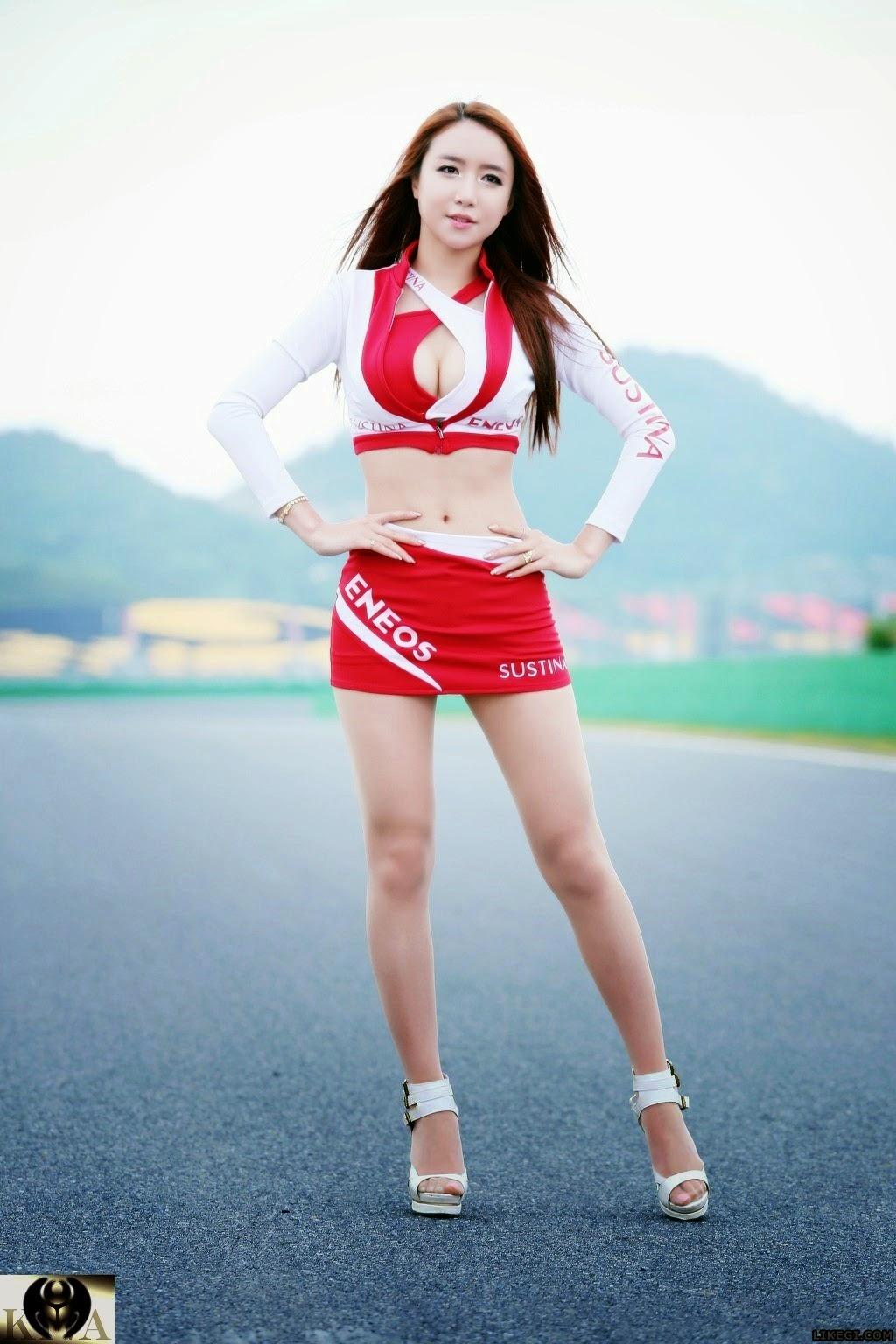 Người đẹp Lee Yeon Yoon gợi cảm khoe vòng 1 với váy ngắn