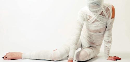disfraz de momia para halloween hecho con vendas