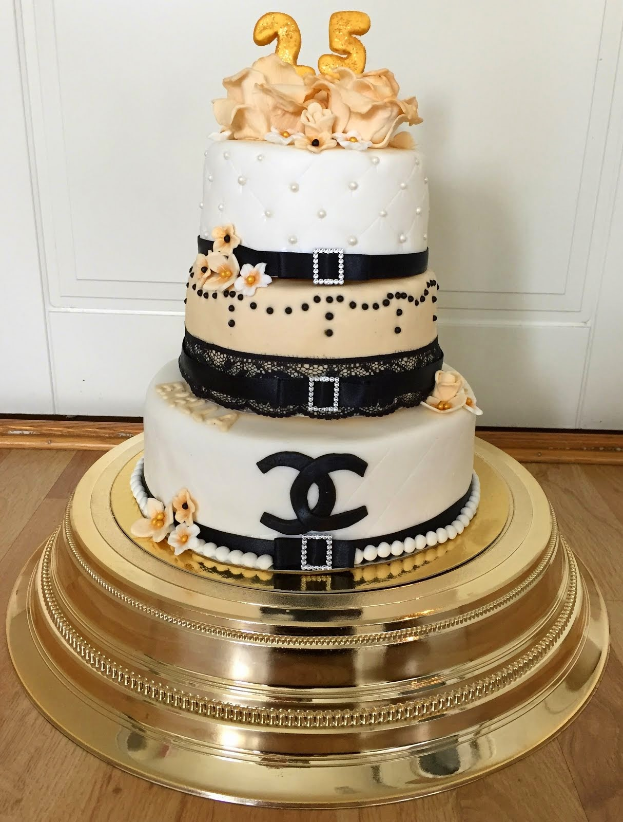 Chaneltårta i tre våningar
