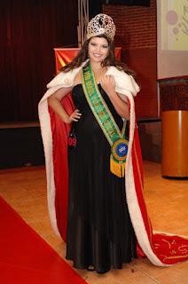 Cléo Fernandes como Miss Brasil Plus Size