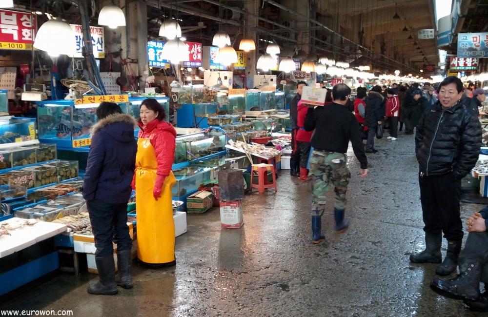 Vendedores en el mercado de Noryangjin de Seúl