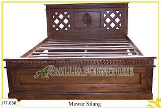 Tempat tidur ukiran Jepara kayu jati Mawar Silang murah.Jakarta