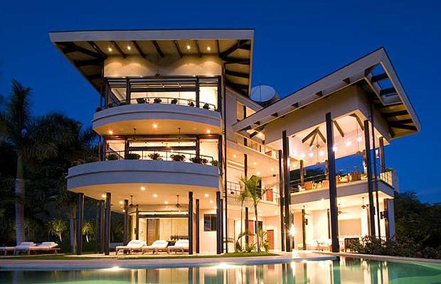 Tricked out mansions showcasing luxury houses amazing for Amazing modern houses