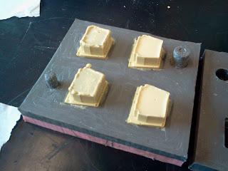Abertura do molde de silicone com as peças de resina prontas