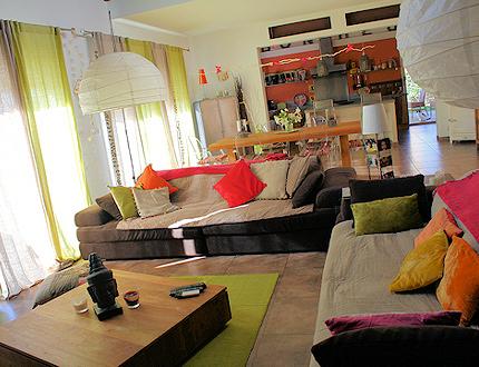 Colores intensos en decoraci n de interiores bonitadecoraci - Comment agencer son salon ...