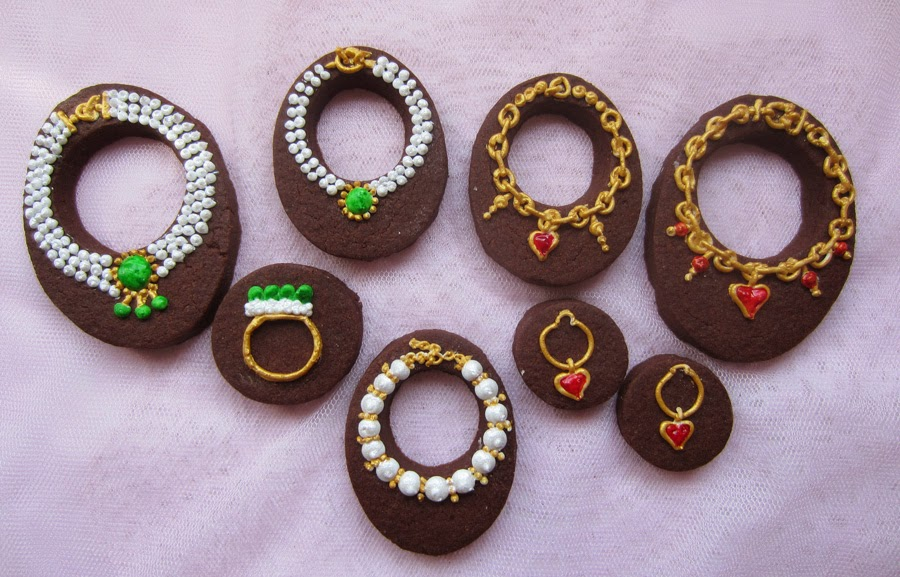 Galletas de chocolate decoradas como joyas con glasa