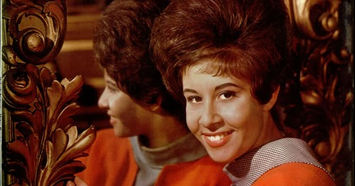Alma Cogan - Must Be Santa / Just Couldn't Resist Her With Her Pocket Transistor