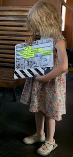 Photographie dans un wagon de Mila, l'actrice la plus jeune de TOM LE CANCRE où est indiqué la production de la société N°7