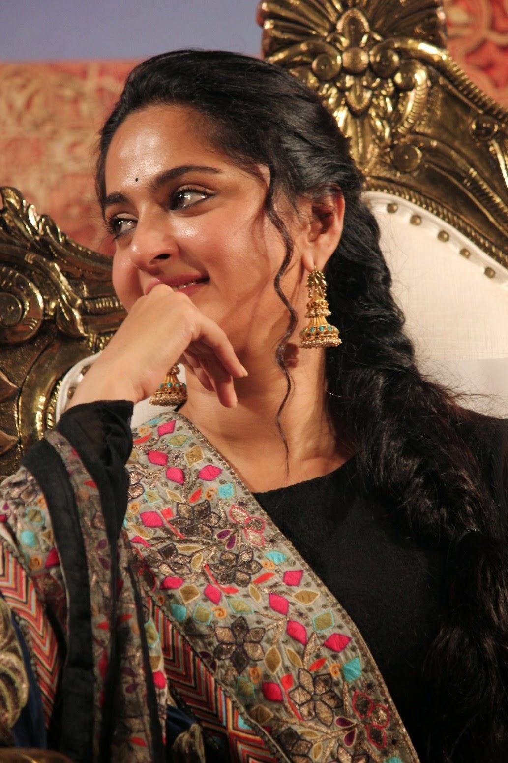 anushka glam stills at lingaa audio launch