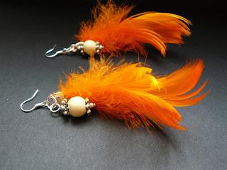 biżuteria z półfabrykatów - pomarańczowe piórka (kolczyki)