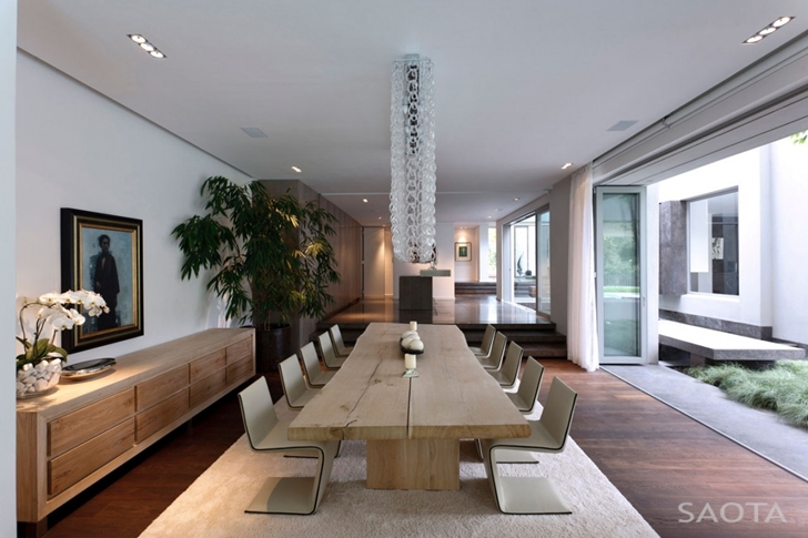 Dining room in Contemporary Villa by SAOTA