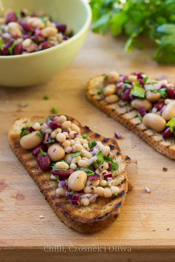 Szybka sałatka z fasoli i tuńczyka na czosnkowych grzankach