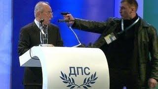 وجه المسدس إلى رأس وحاول إغتياله على الهواء مباشرة !