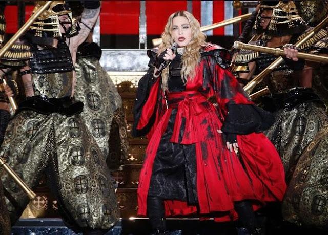 Madonna canta en una plaza de París en homenaje a las víctimas del atentado terrorista.
