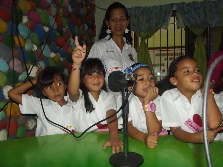 LOS PEQUEÑOS DE LA CASA VISITAN GARMENDIA ESTEREO 105.1 FM