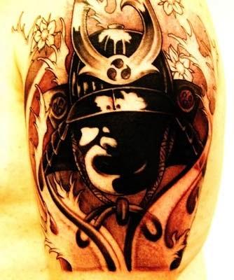 tatuagem de guerreiro samurai com máscara