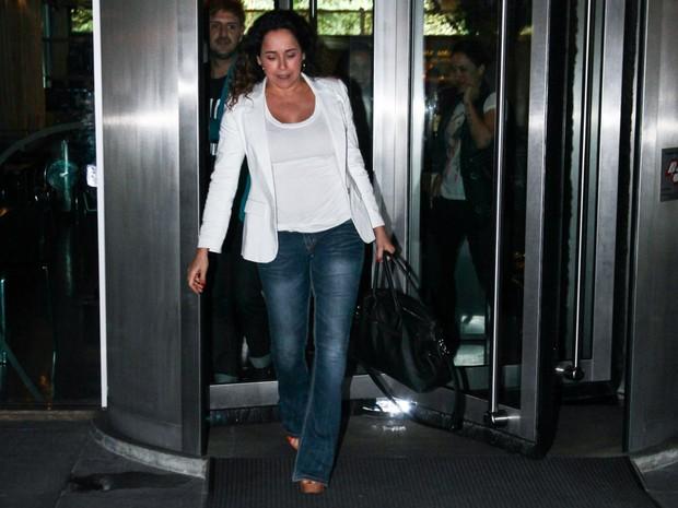 Daniela Mercury deixa restaurante em São Paulo na madrugada desta terça-feira, 6