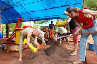 Construcción de un edificio en Auroville