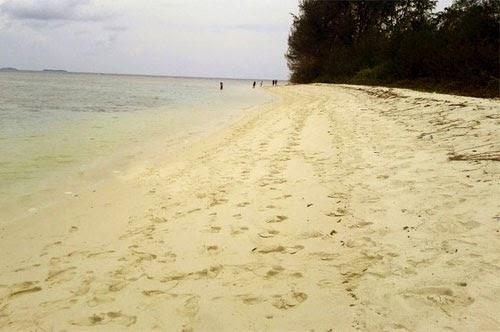 Keindahan Pantai Di Pulau Tengah, Karimunjawa