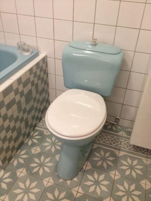 Färgat badrumsporslin